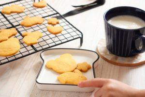 米粉かぼちゃクッキーを子どもがつまみ食いしようとしている