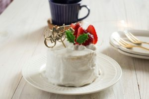 米粉で作った小さめのデコレーションケーキが白いお皿に載っている。