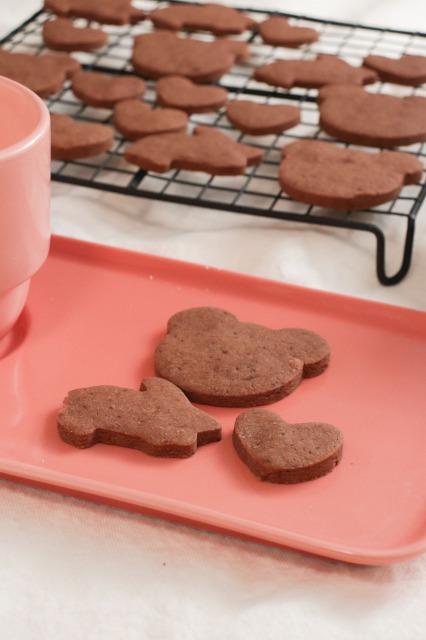 ココアのクッキーがピンクのプレートにのっている