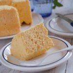 米粉のヨーグルトシフォンケーキが1切れお皿にのっている。