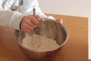 米粉を泡だて器で混ぜている。