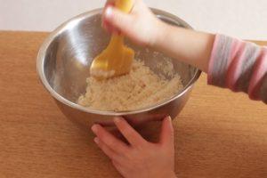 ゴムベラで米粉と米油を合わせている。