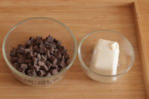 チョコレートとお豆腐がガラス容器に入っている