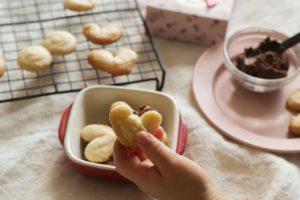 米粉ガナッシュクッキーが3つ赤いお皿にのっている