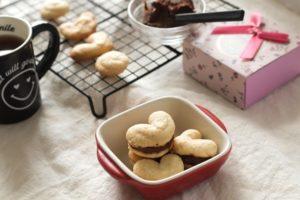 米粉で作ったハートガナッシュクッキーが3つ赤いお皿にのっている