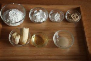 米粉のバナナドーナツの材料がトレーにのってならんでいる