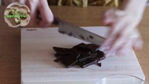 チョコレートを刻んでいる