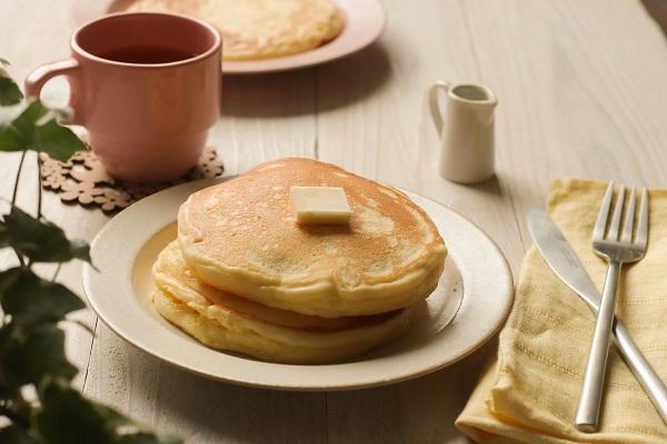 白いお皿にパンケーキが2枚載っている