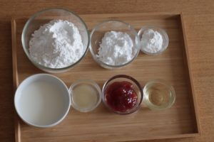 米粉、片栗粉、ベーキングパウダーがガラス容器に入って並んでいる