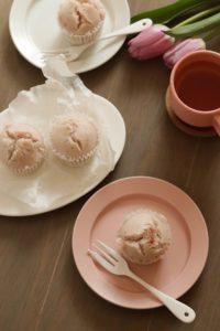 ピンクのお皿にいちごの蒸しパンが載っている。