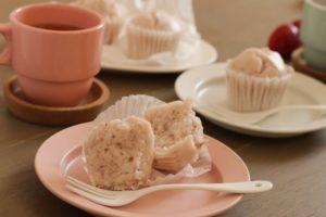 ピンクのお皿にいちごの蒸しパンが載って、割ってある