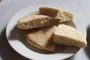 米粉パンケーキが切って、白いお皿にのっている