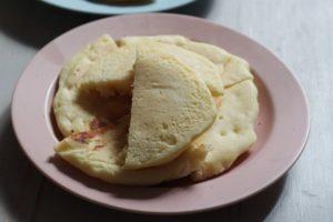 米粉パンケーキが切って、ピンクのお皿にのっている