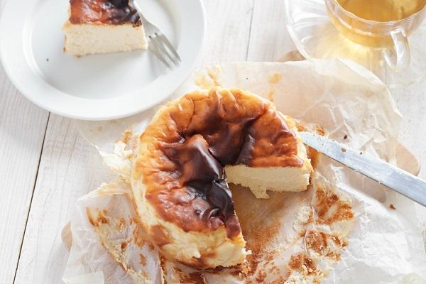 バスク風チーズケーキが焼きあがって、カッティングボードに載っている。