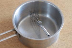 鍋に泡だて器が入っている