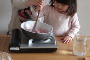 女の子がフライパンで道明寺を作っている