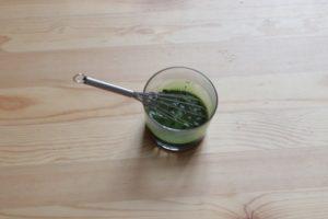 抹茶パウダーがグラスに入っている