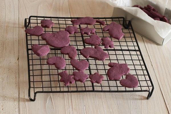 紫芋クッキーが黒いクーラーで冷ましている