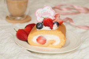 イチゴのロールケーキが白お皿にのっている