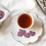 紫芋クッキーが白いお皿にのっている